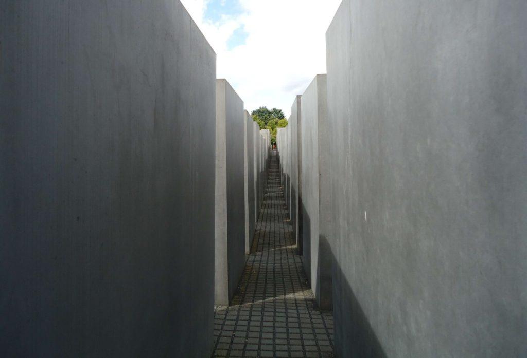 espaco entre os blocos de concreto do memorial em homenagem aos judeus mortos na europa