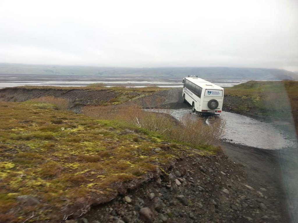 ônibus 4x4 atravessa riacho próximo a Vatnajökull, na Islândia