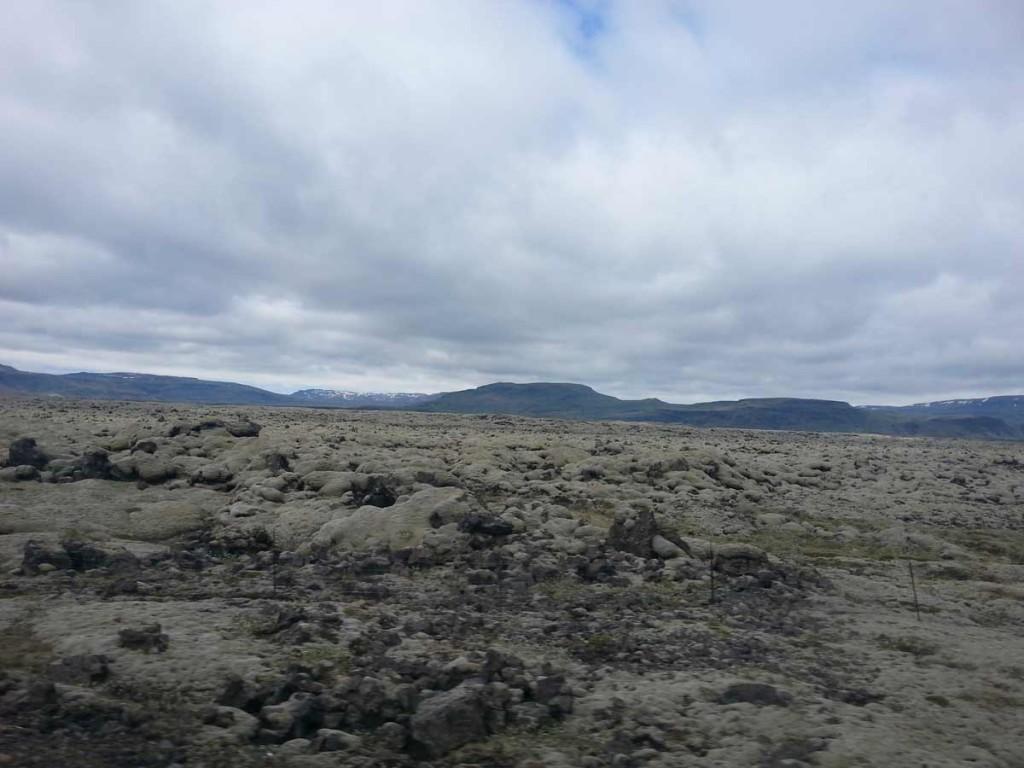 Campos de Lava na Islândia na beira da estrada