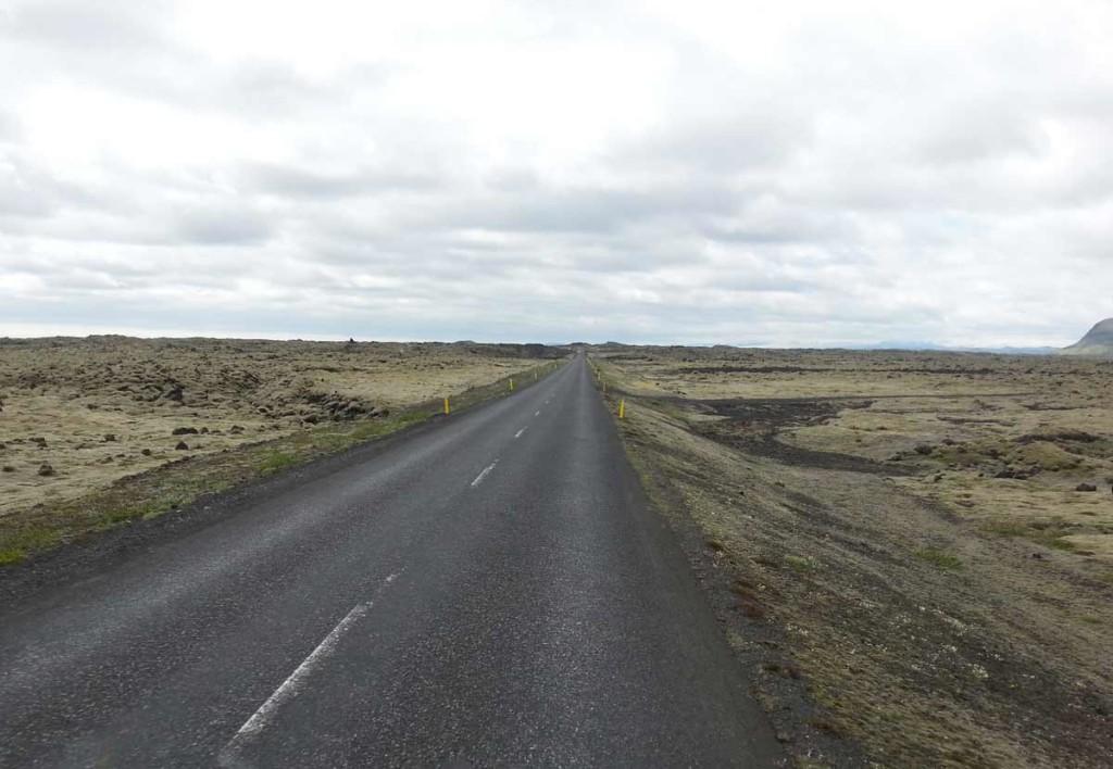 Campos de lava, na Islândia, com uma estrada ao centro