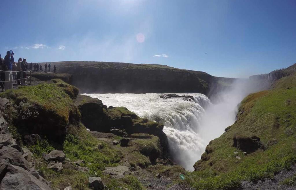 Cachoeira de Gullfoss, Islândia. Queda d´água está entre montanhas