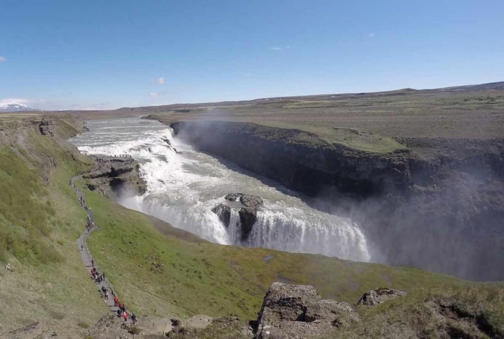 Rio na Islândia desemboca nas cataratas de Gullfoss