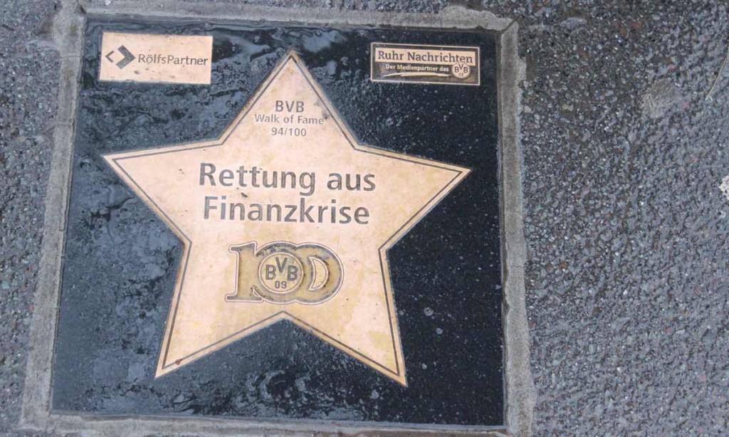 Em 2005, o Dortmund entrou em uma severa crise financeira e só não faliu por causa da ajuda de muitas empresas e até do Bayern de Munique. Como agradecimento, o clube espalhou várias placas nas calçadas da cidade com os nomes de quem os ajudou.