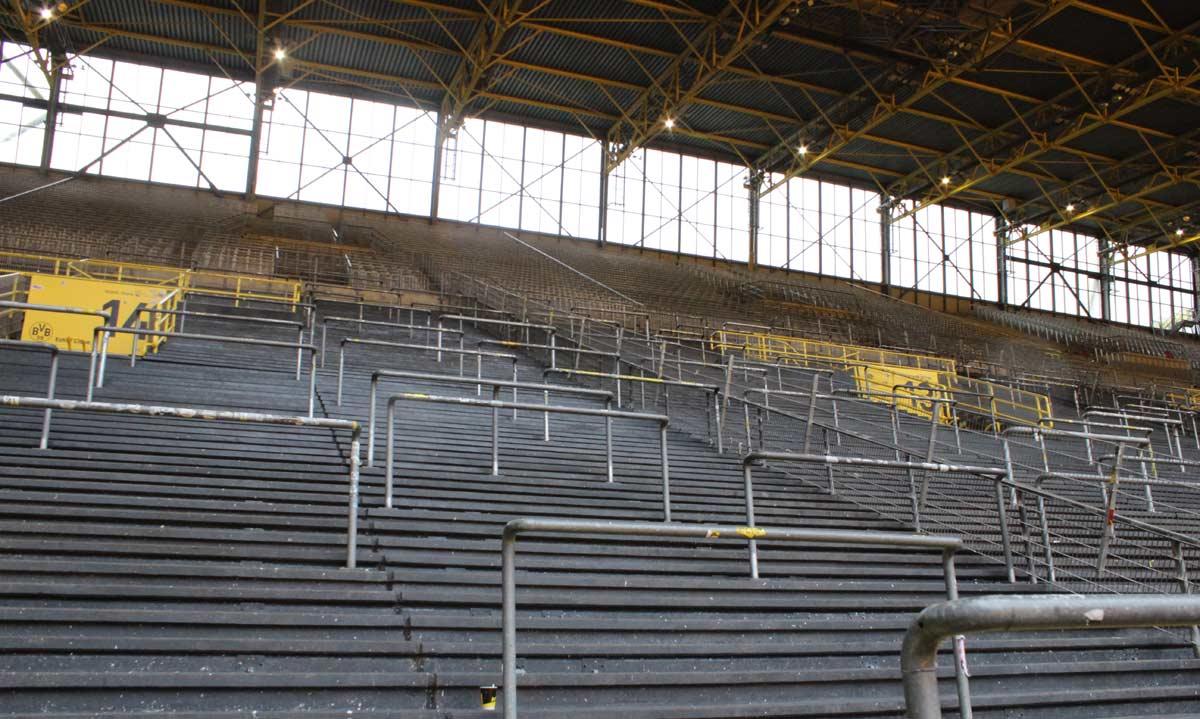 Em competições da UEFA, no entanto, cadeiras são colocadas no local e a capacidade diminui consideravelmente