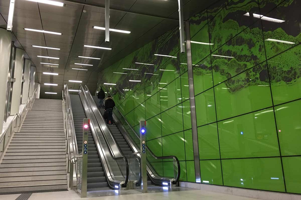 parede e escada rolante estação graf adolf platz