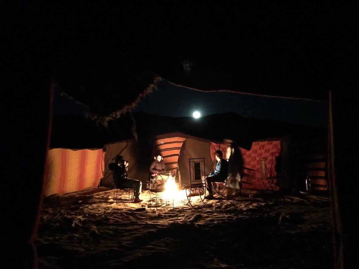 fogueira em frente as tendas no deserto