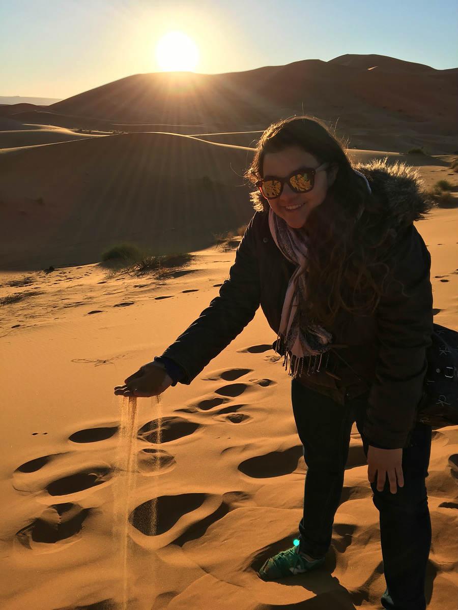 tati soltando areia deserto