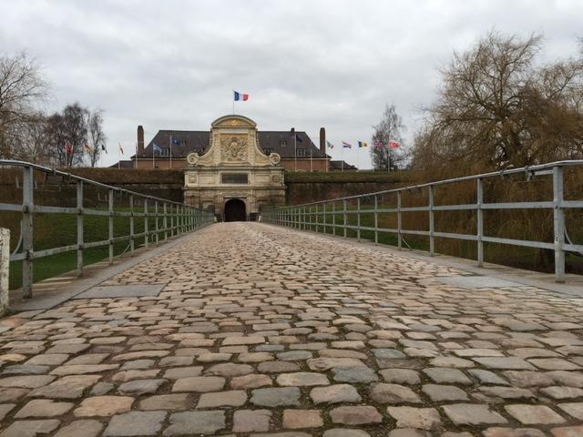 citadelle de lille. entrada sobre uma ponte de pedras para um dos prédios militares