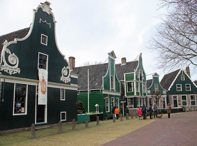vista de uma rua típica de zandaam com casas cerdes em estilo holandês