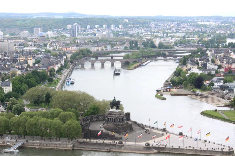O Deutsches Eck, visto do outro lado do rio.