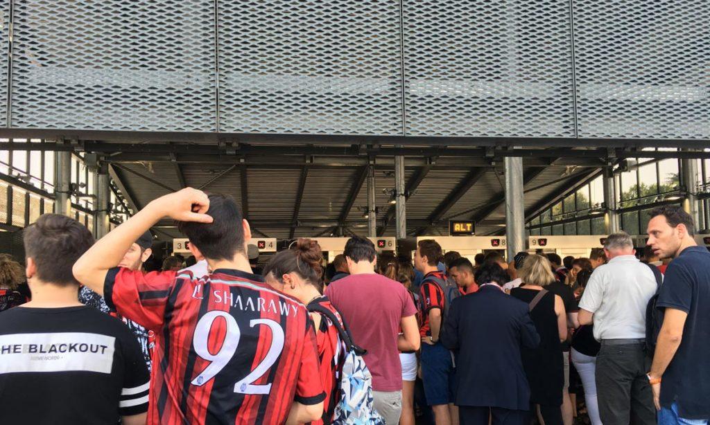 entreada do metro em frente ao estádio do san siro, que fica bloqueada quando o volume de pessoas é muito grande