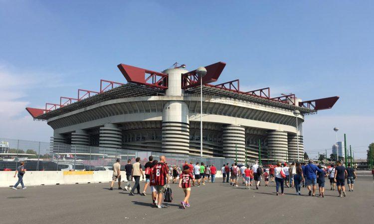lado de fora do estádio san siro, em Milão.