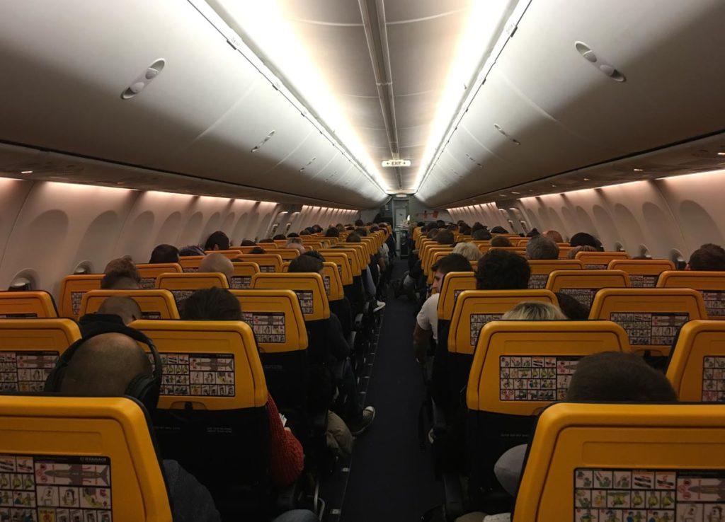 interior do avião da ryanair