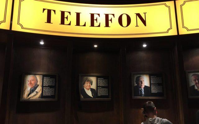 cabine telefonica dentro do museu do levante de varsovia