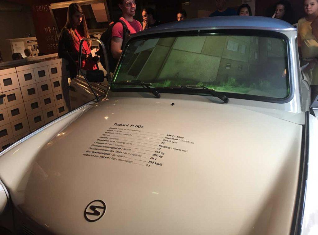 imagem mostra a frente de um Trabi, o carro da Alemanha oriental