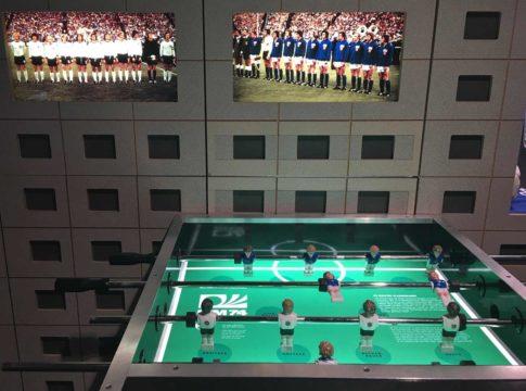 Mesa de pebolim representa a partida entre alemanha ocidental e oriental na copa de 74