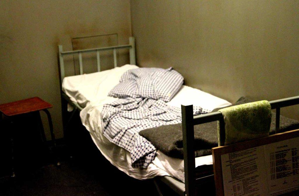 cama de uma prisao da Stasi, a polícia secreta da alemanha oriental