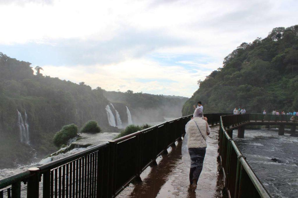 pessoa caminha sobre uma das passarelas de observacao nas cataratas do iguacu