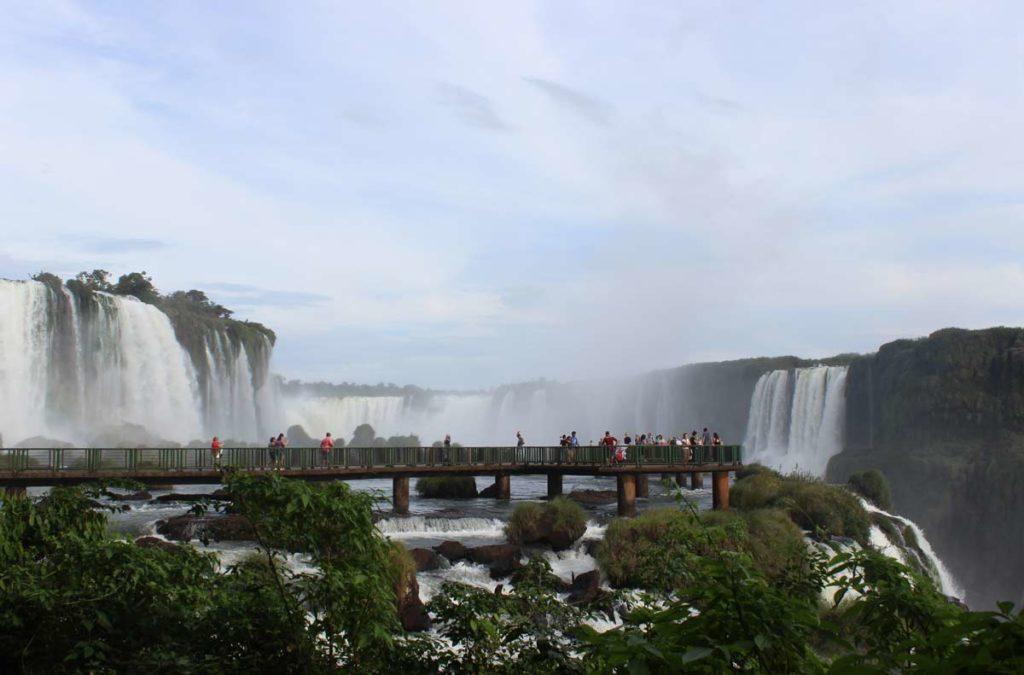 cataratas do iguacu vistas d longe, com as passarelas de observação ao fundo