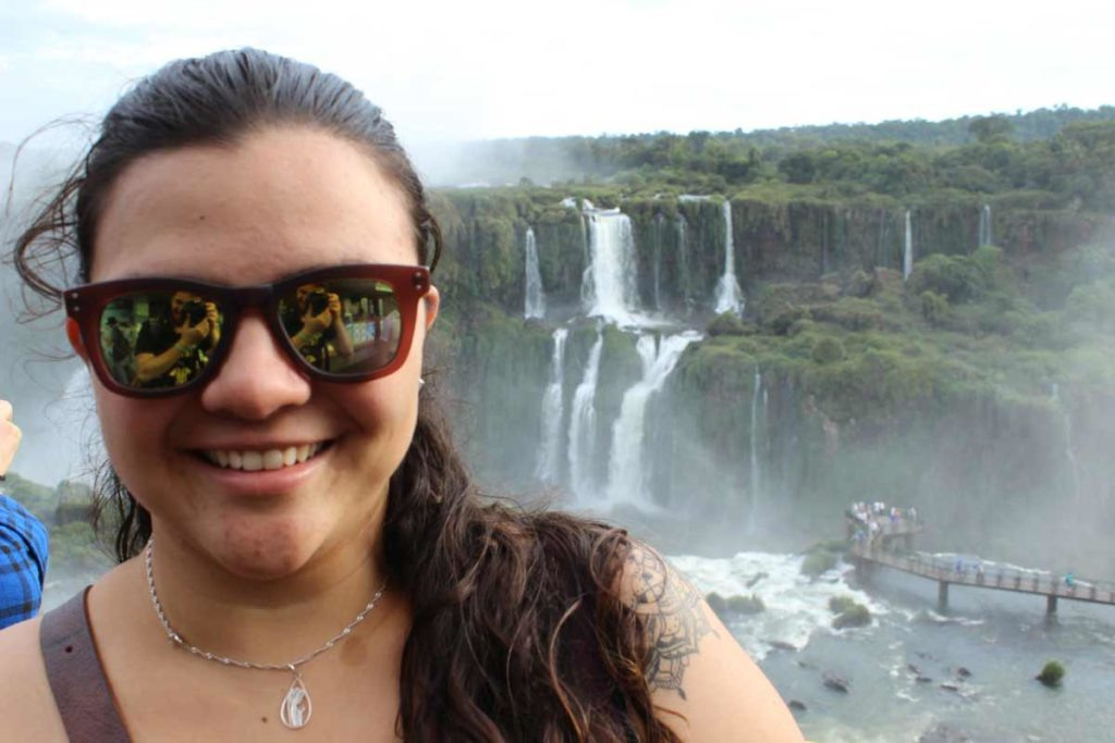 tatiana olegario no primeiro plano com as cataratas do iguacu no segundo plano
