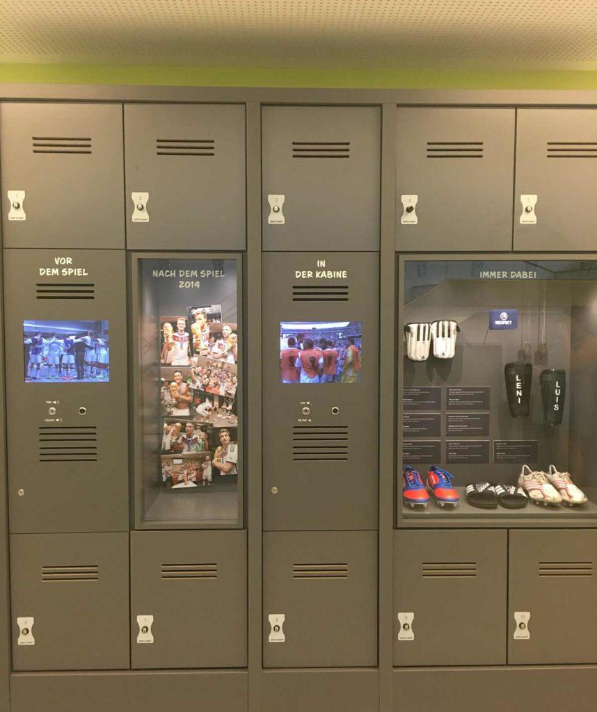 armários para guardar as coisas no museu do futebol em dortmund