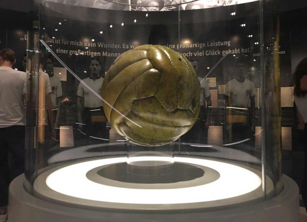 bola utilizada na final da copa do mundo da suica em 54
