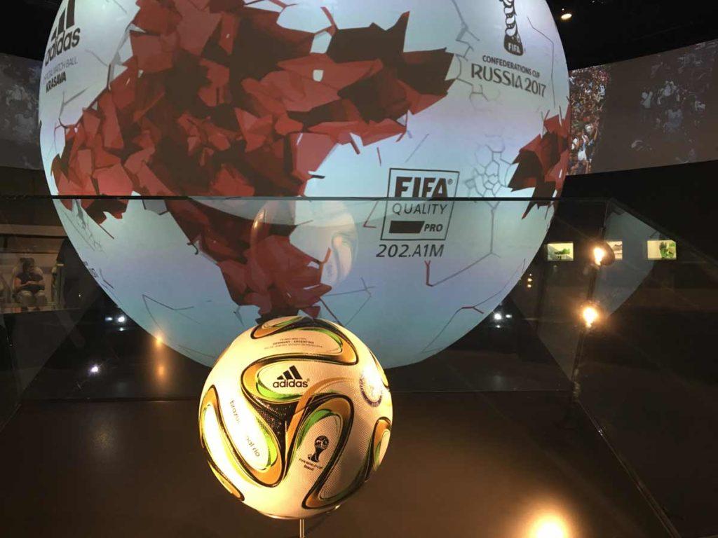 bola da final da copa do mundo exposta em museu do futebol na alemanha