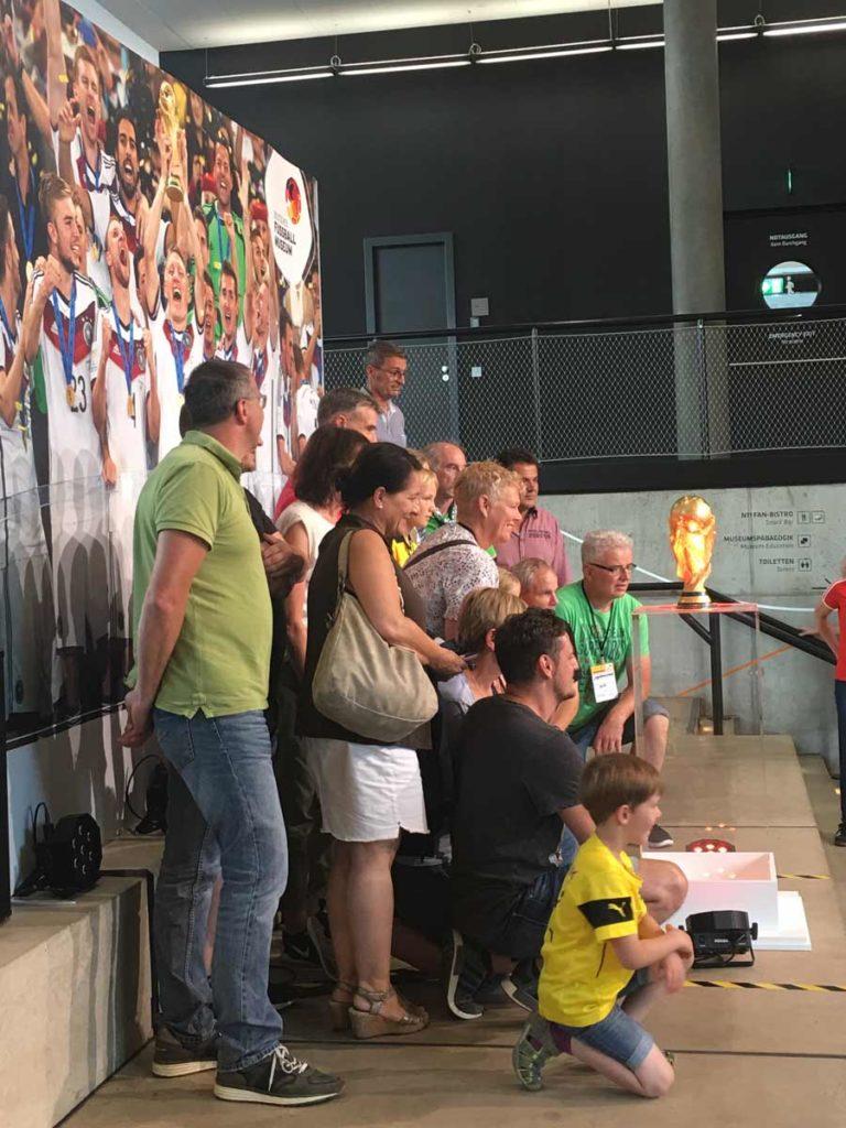 Taca da copa do mundo em exposicao no museu do futebol em dortmund na alemanha