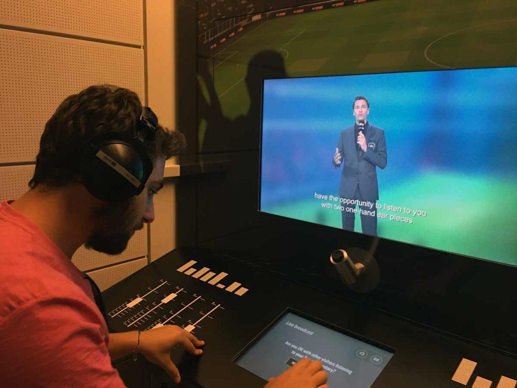 cabine de narrar gol no museu do futebol na alemanha