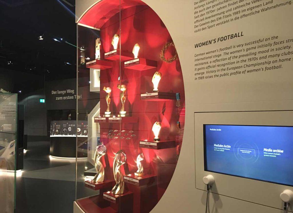 troféus da selecao feminina de futebol expostos no museu do futebol em dortmund