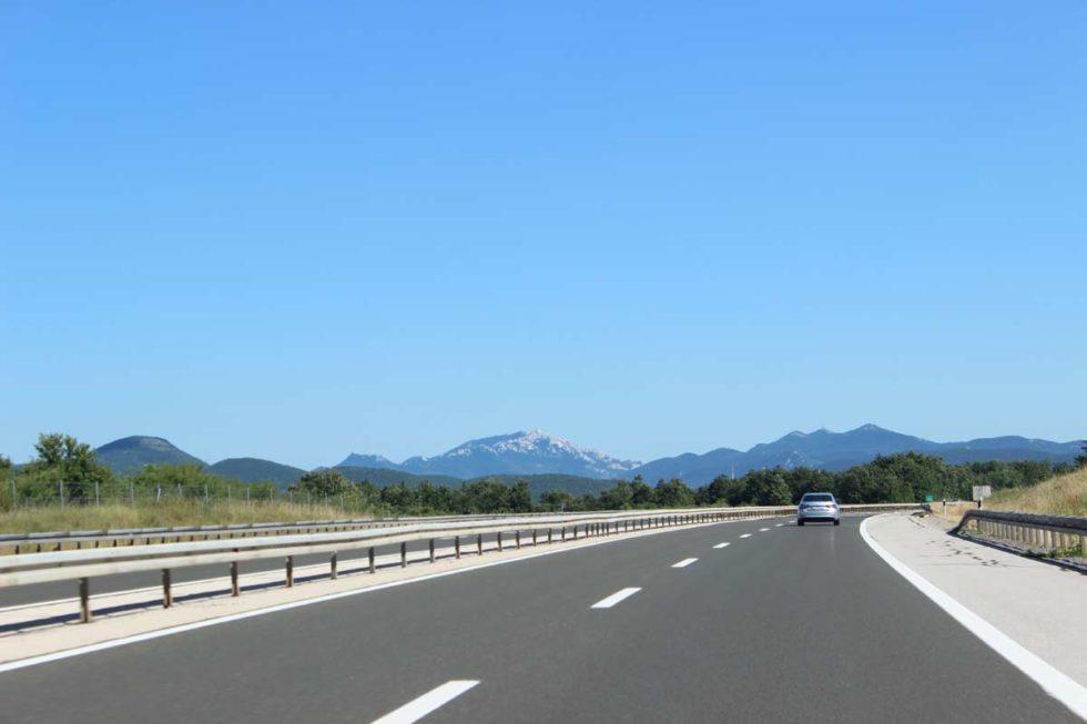estrada dupla de carros na croácia - roadtrip do viagem 0800