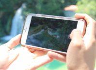 foto de um celular filmando as cachoeiras do parque nacional krkaa