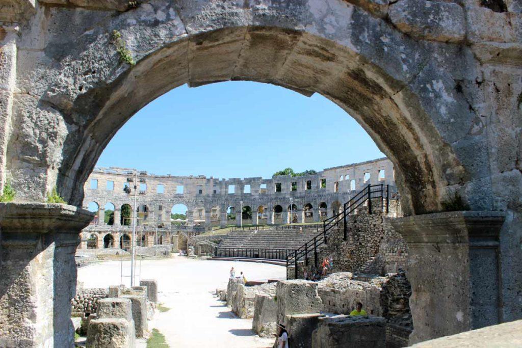 entrada da arena de pula, que lembra o coliseu de roma