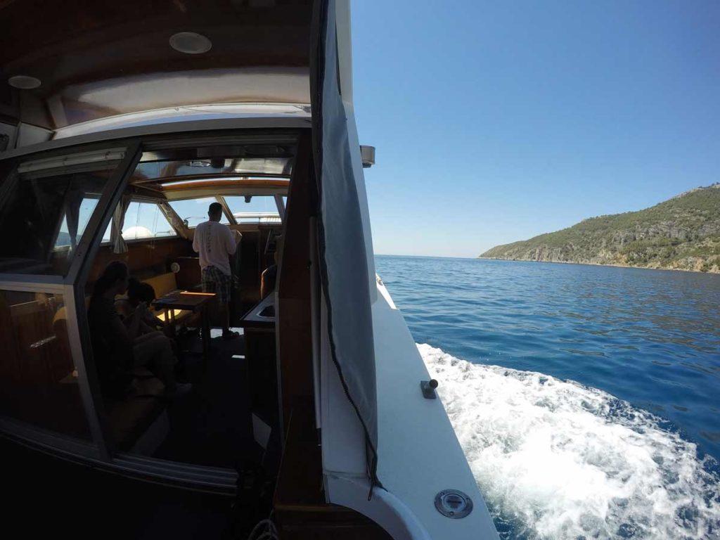 Foto divididaentre a metade mostra um pedaço da lancha e outra parte com o mar