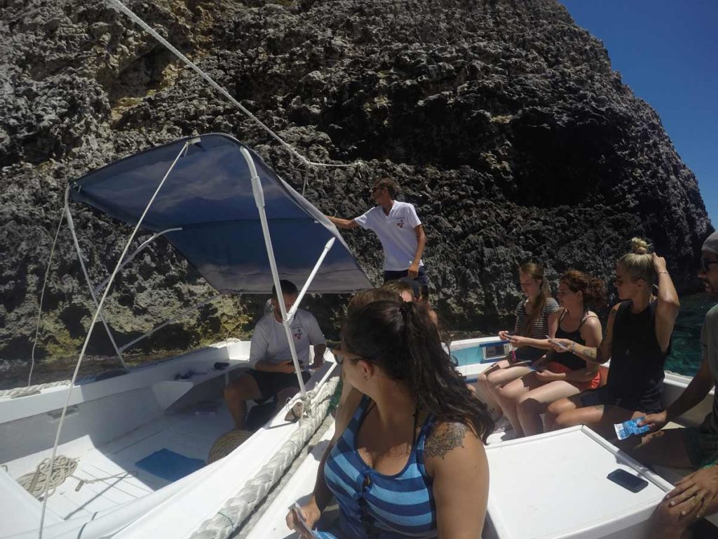 barco em bisevo, na entrada da blue cave, na Croácia