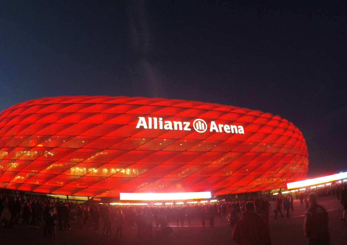 estádio do bayernd de munique iluminado de vermelho