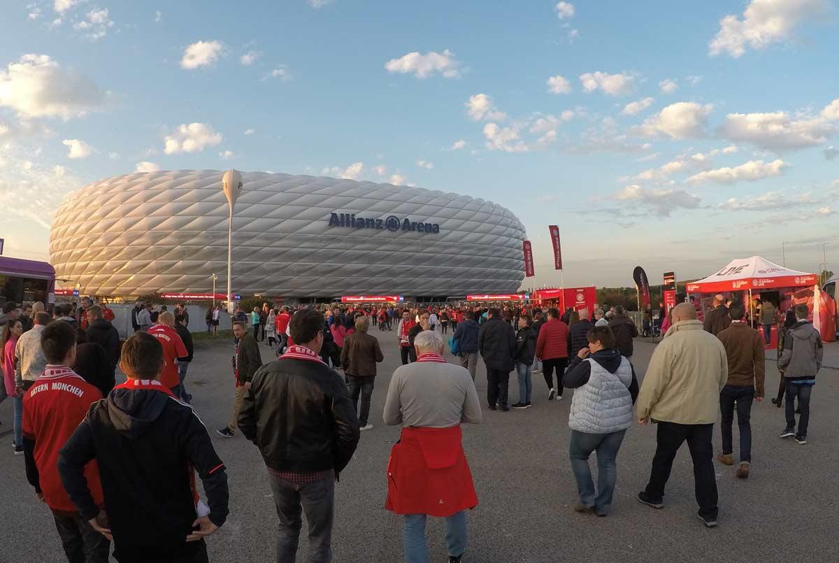 vista de fora da allianz arena, o estádio do bayern de munique