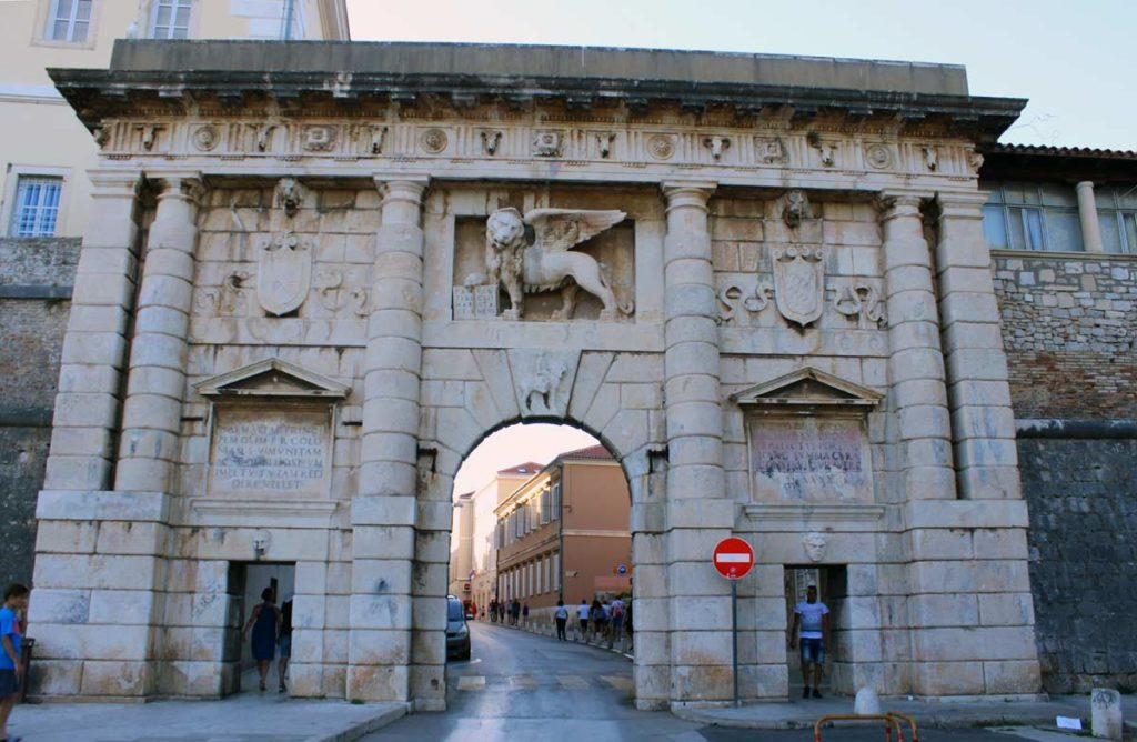 portal antigo de Zadar dá acesso ao centor da cidade
