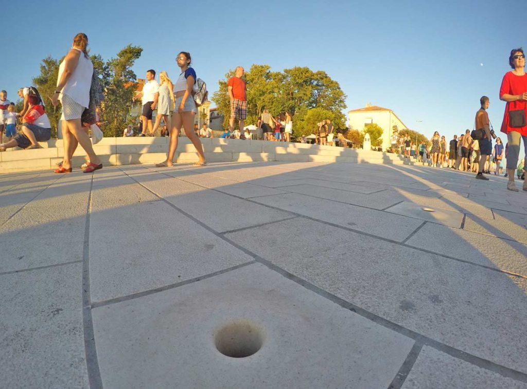 buraco no chao é o que libera o som do sea organ- o orgao público de Zadar, que toca com o barulho do mar - procurando o que fazer por lá essa deve ser uma opção