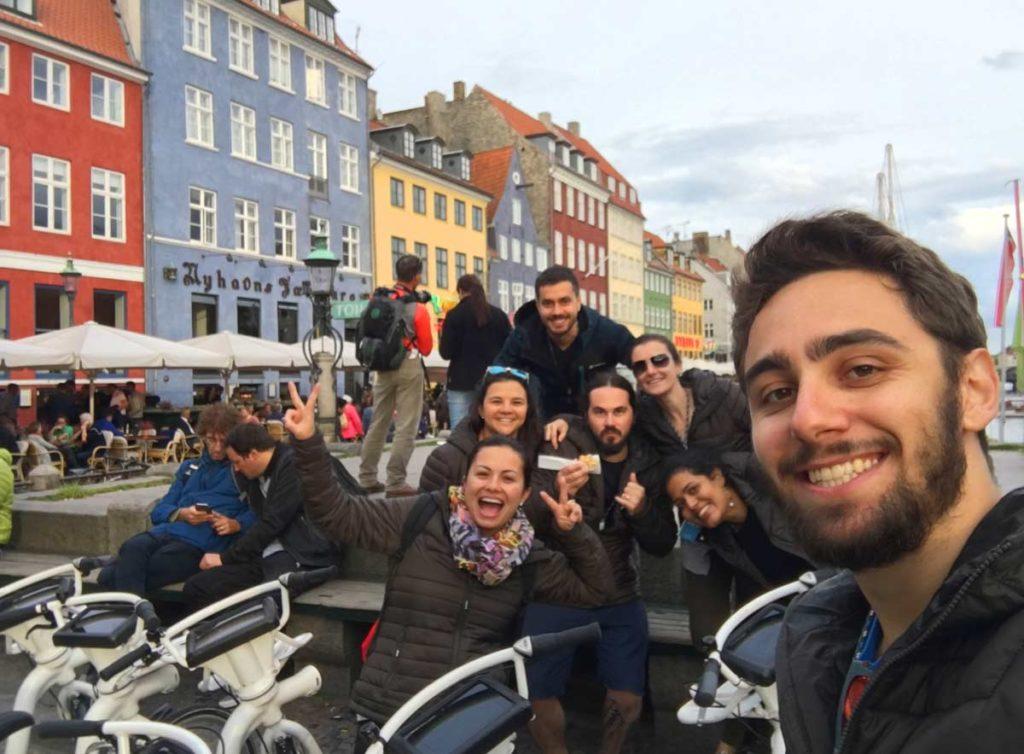 grupo em nyhavn em copenhague