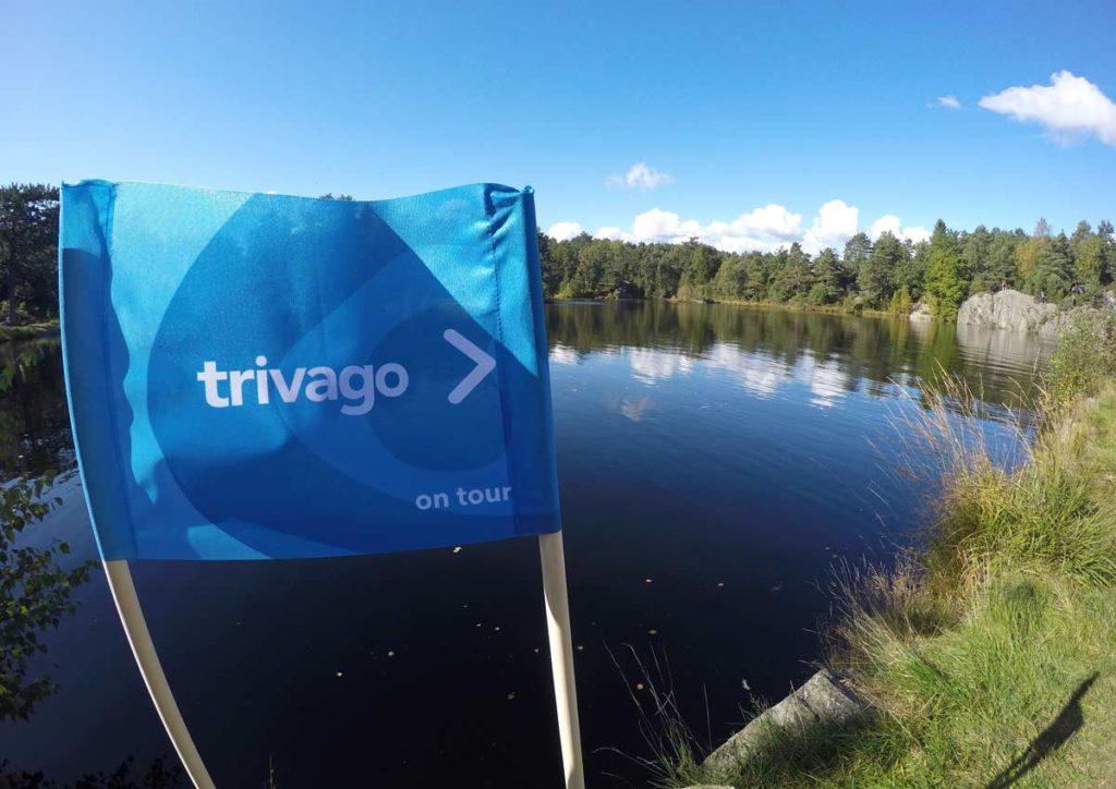 bandeira azul em primeiro plano com o parque de Kristiensand, na Noruega, ao fundo