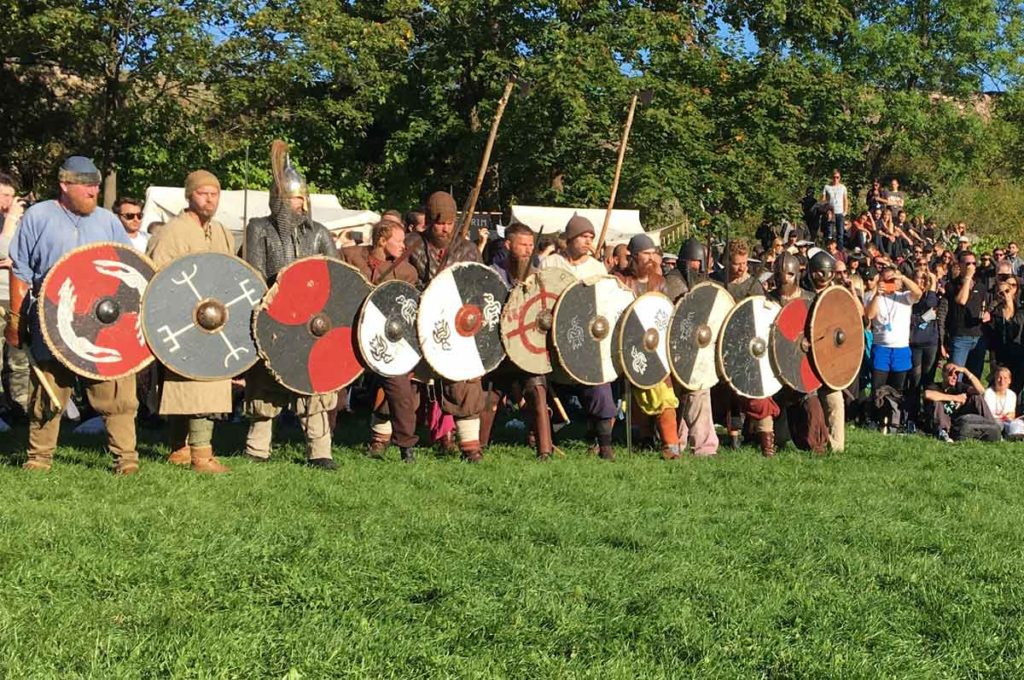 grupo fantasiado de vikings com roupas típicas e armamento