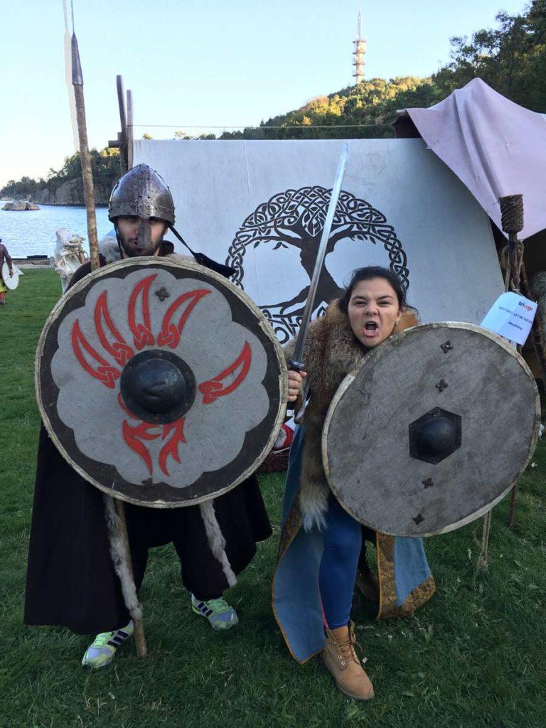 tatiana e daniel fantasiados de vikings em kristiensand, na Noruega