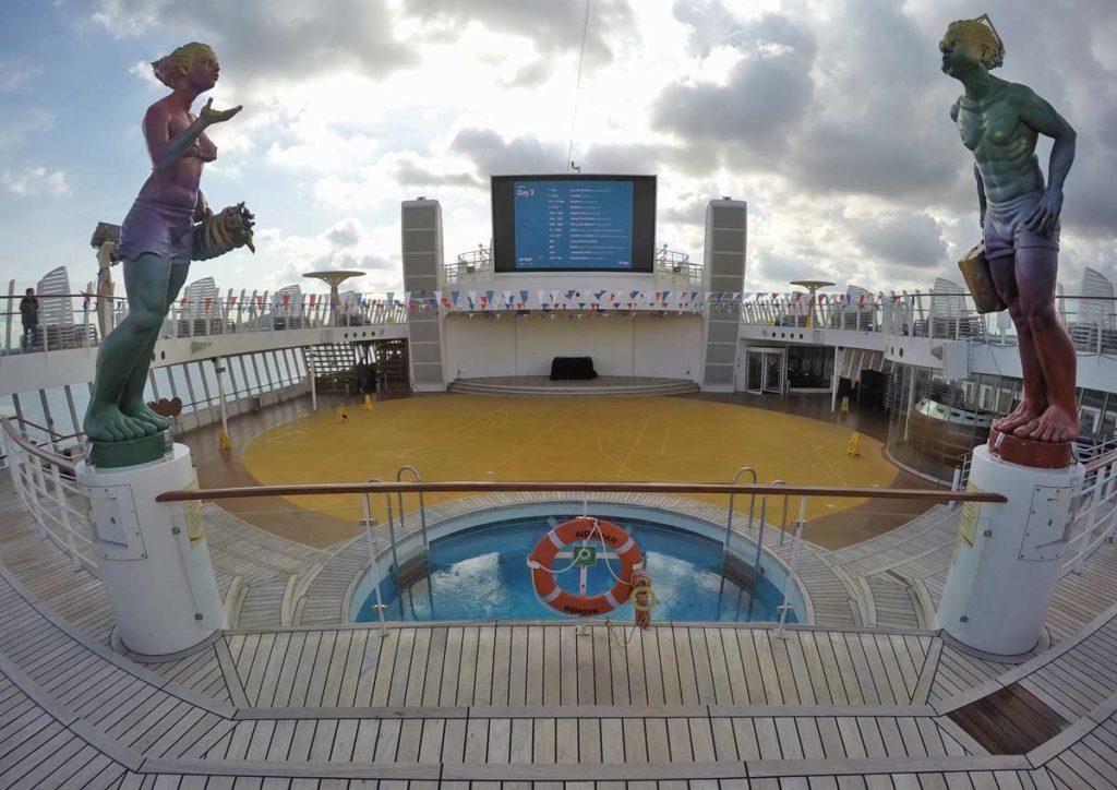terraço de um navio com piscina