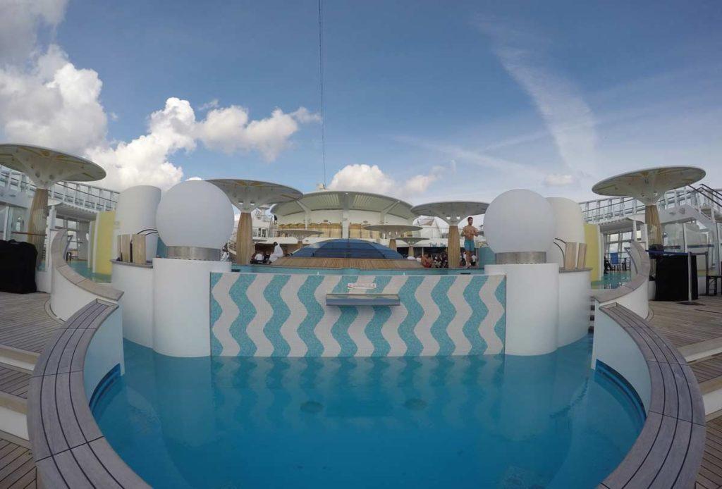 piscina no terraco do navio do cruzeiro para os países nórdicos