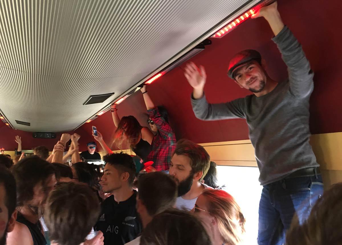 festa em vagão de trem