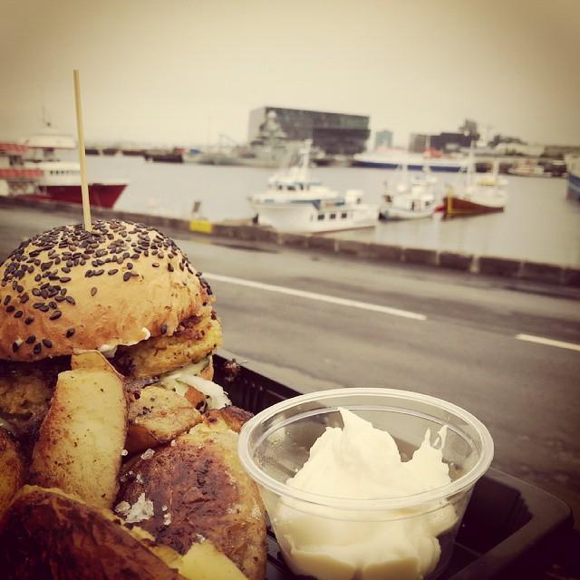 cheeseburger no porto em reikjavik, na Islândia