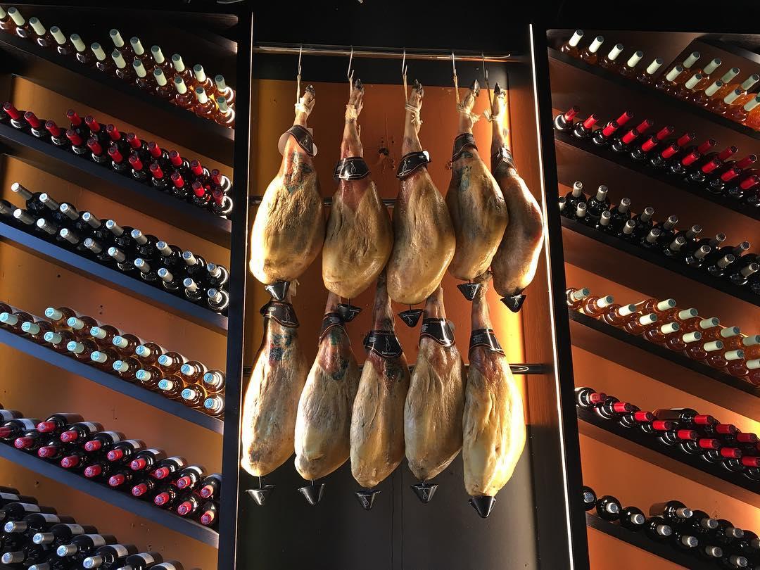 jamón ibérico na parede de um restaurante em palma, em Maiorca