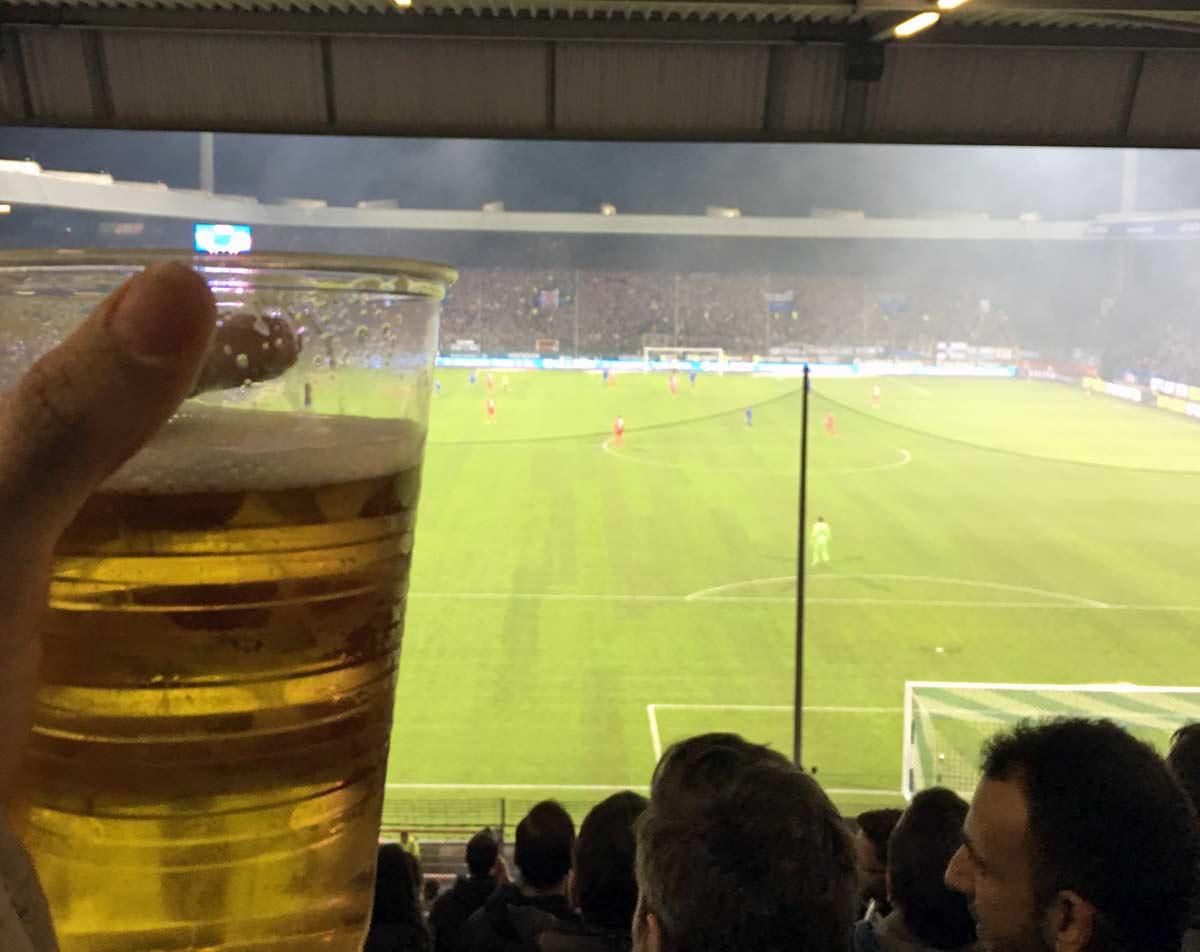 cerveja no estádio de futebol
