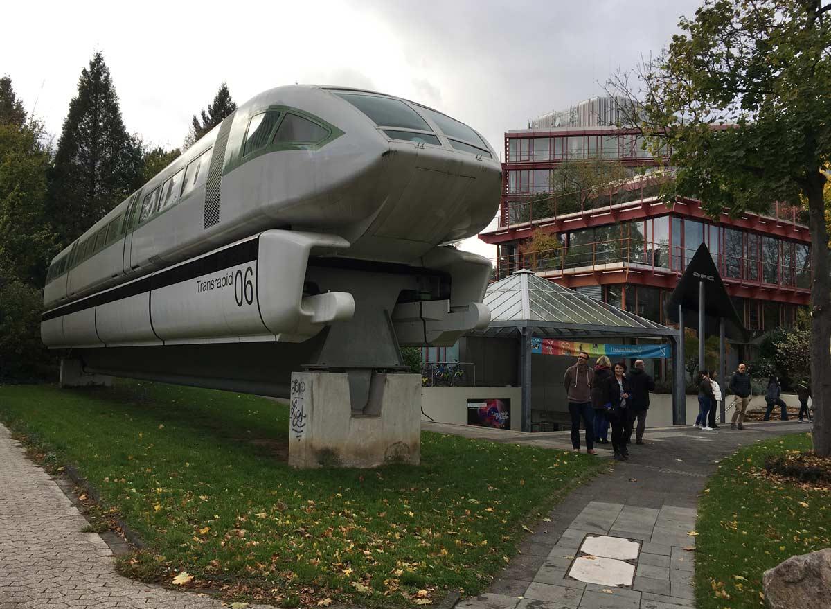fachada do museu alemao de bonn, com um trem em tamanho real na entrada